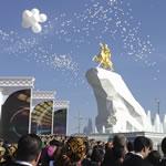Gouden standbeeld voor president Turkmenistan