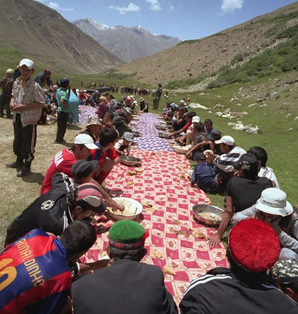 Celebrating with the whole community in the pastures of Bathöm in Roshtkala, near the sacred hill of Khoja-i-Nur (Tajik Pamirs)